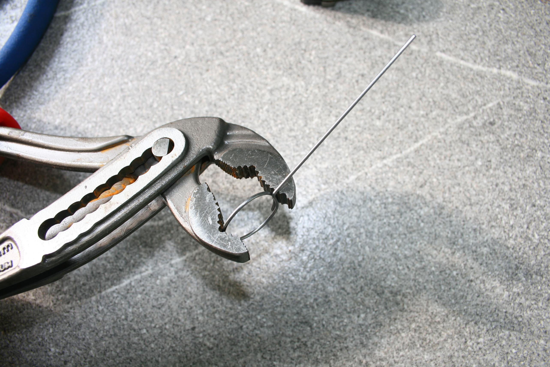 Kreis aus Federstahldraht an Größe des Sperrklinkenträgers anpassen