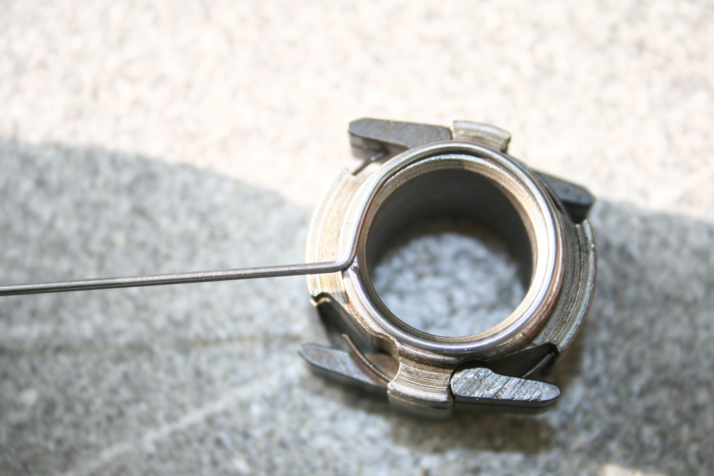 Kreis aus Federstahldraht an Größe des Sperrklinkenträgers angepasst, Überschuss entfernt